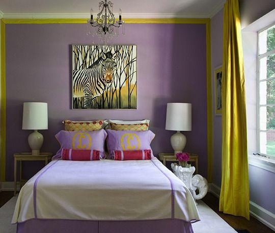Quarto moderna com combinação de cores lilás e amarelo.