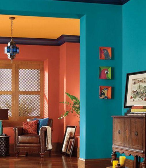 Sala moderna com combinação de cores em tríade.