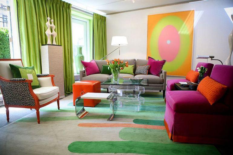 Sala moderna com combinação de cores em tríade com rosa e verde.