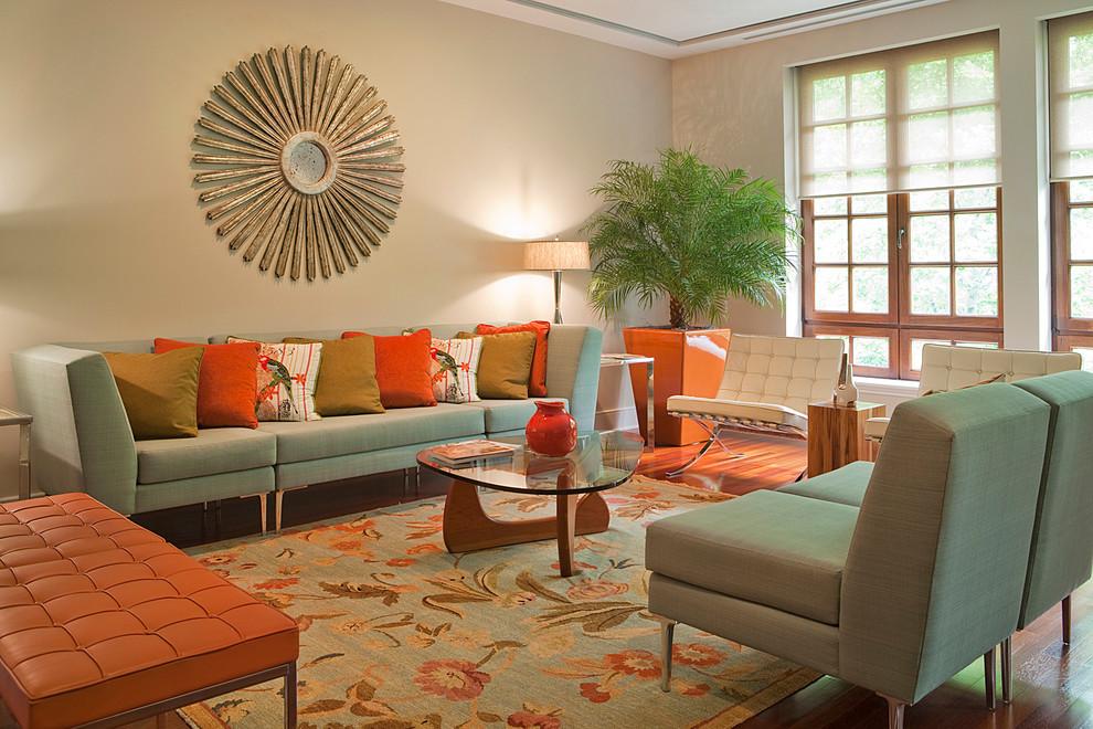 Sala em tons neutros com combinação de cores em tríade.