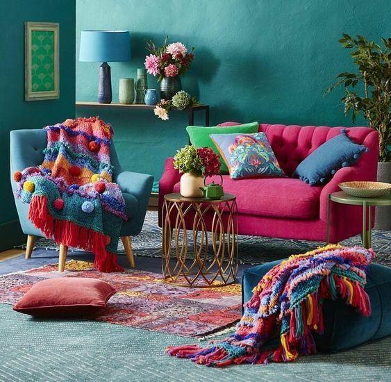Sala moderna e colorida com combinação de cores quadrado.