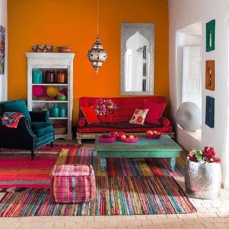 Sala simples e colorida com combinação de cores em quadrado.