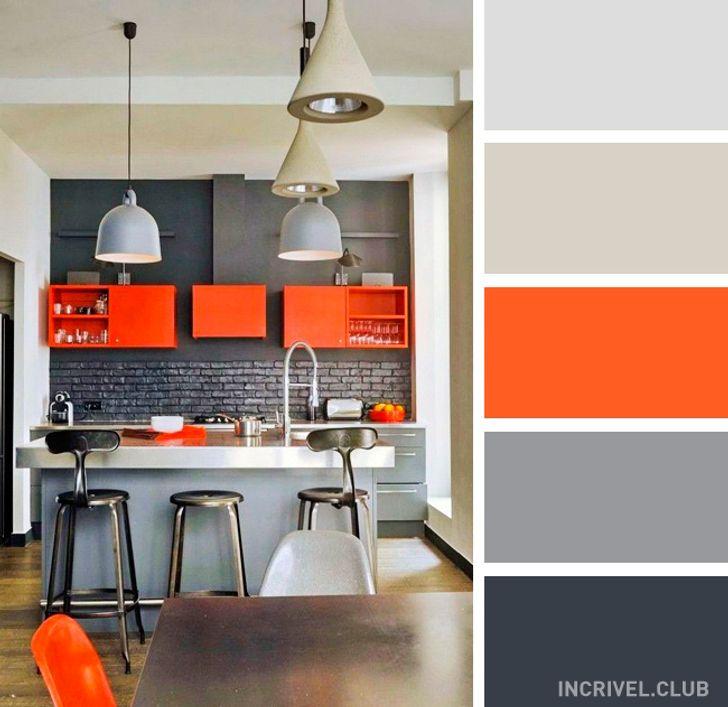 Cozinha com ilha moderna com nicho laranja.