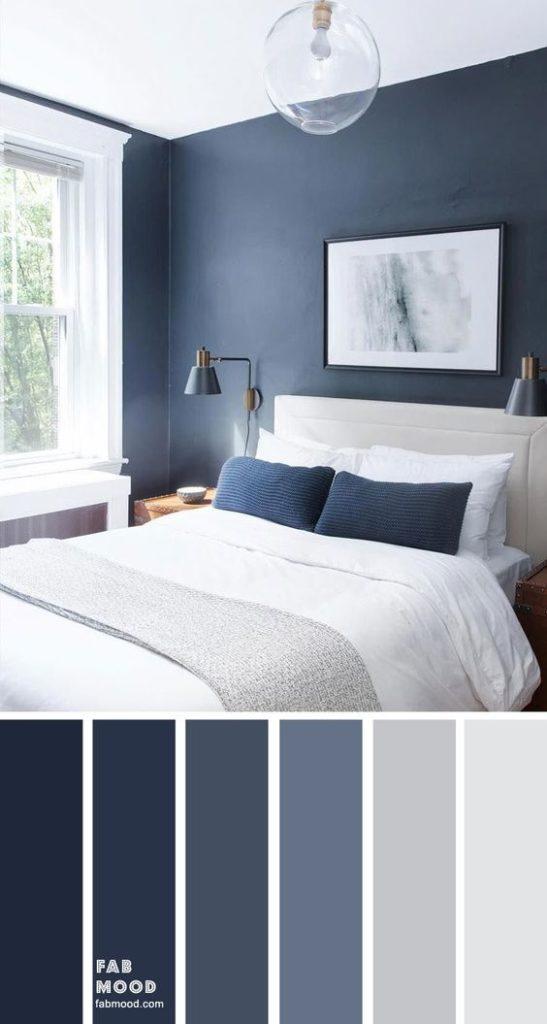 Quarto com decoração azul e branca.