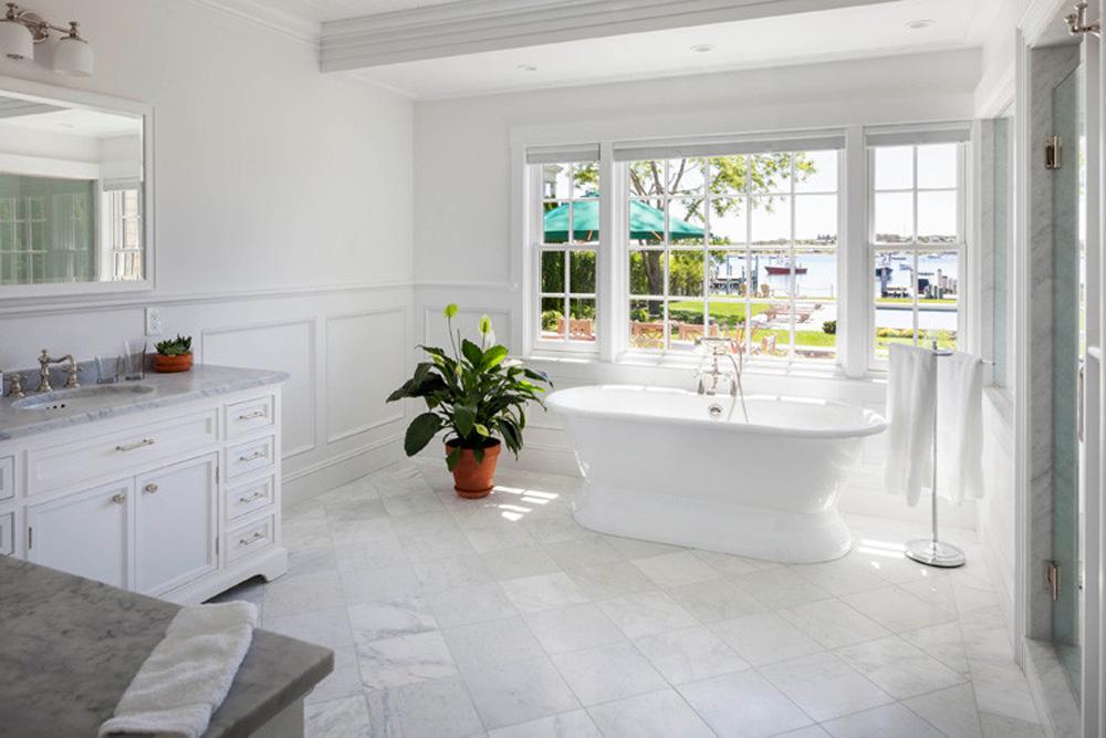 Banheiro decorado com lírio da paz.