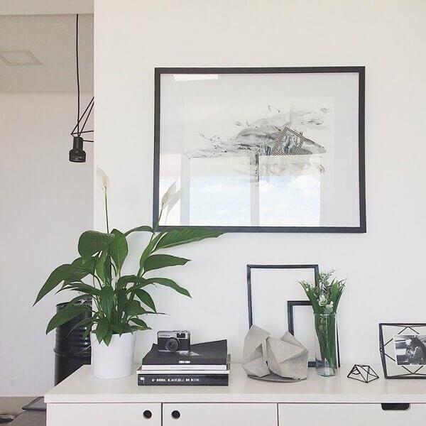 Sala minimalista com lírio da paz.