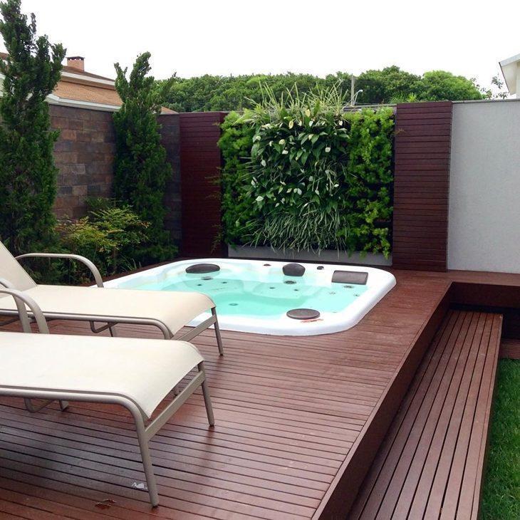 Área da piscina com jardim vertical.
