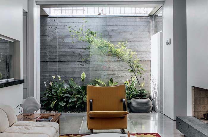 Sala com jardim de inverno.