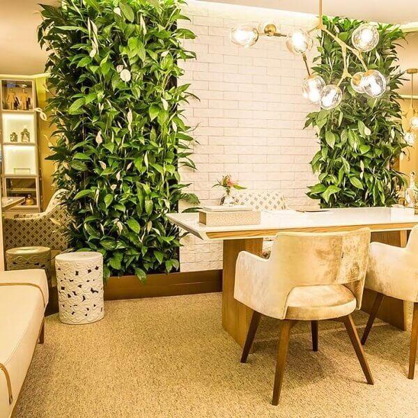 Sala moderna e neutra com jardim vertical.