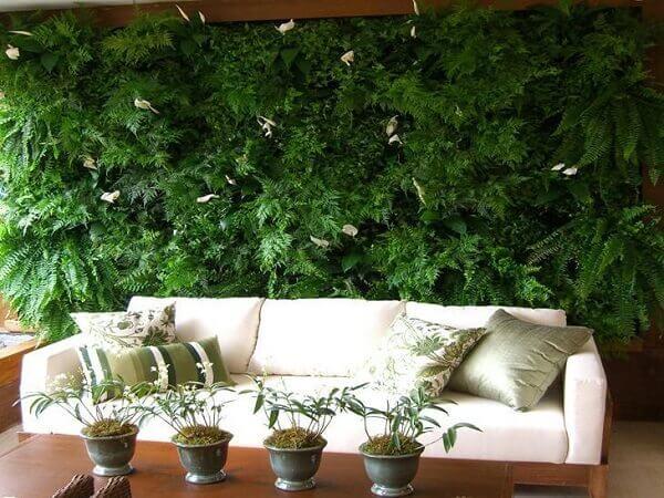 Área gourmet com jardim vertical.