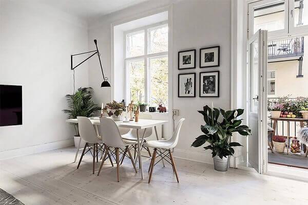 Sala de jantar minimalista com plantas.