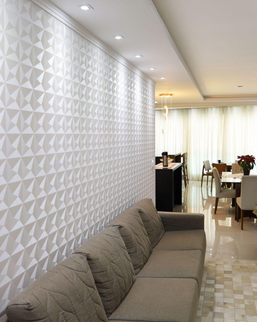 Papel de parede 3D para sala com sofá neutro.