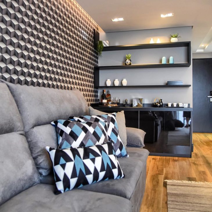 Papel de parede 3D para sala com sofá cinza.