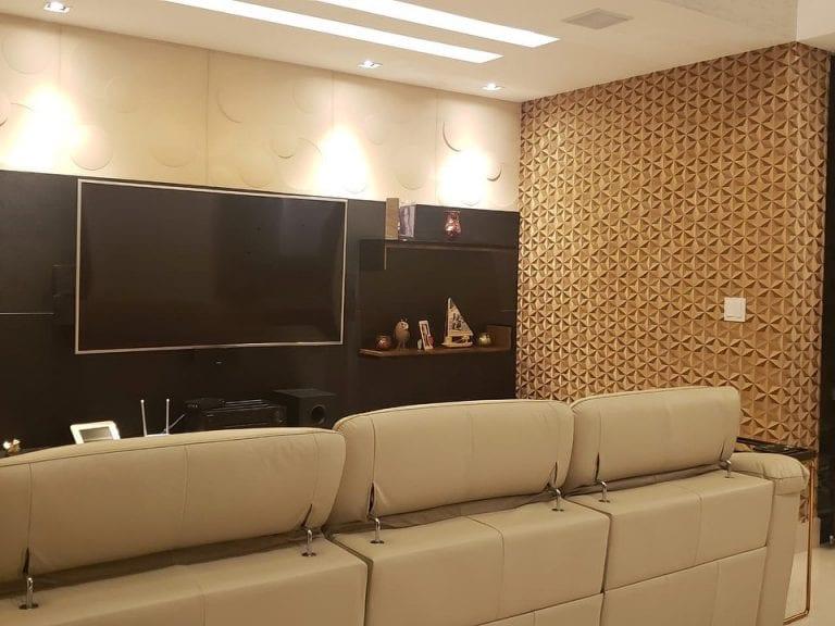 Papel de parede 3D para sala com estampa dourada.