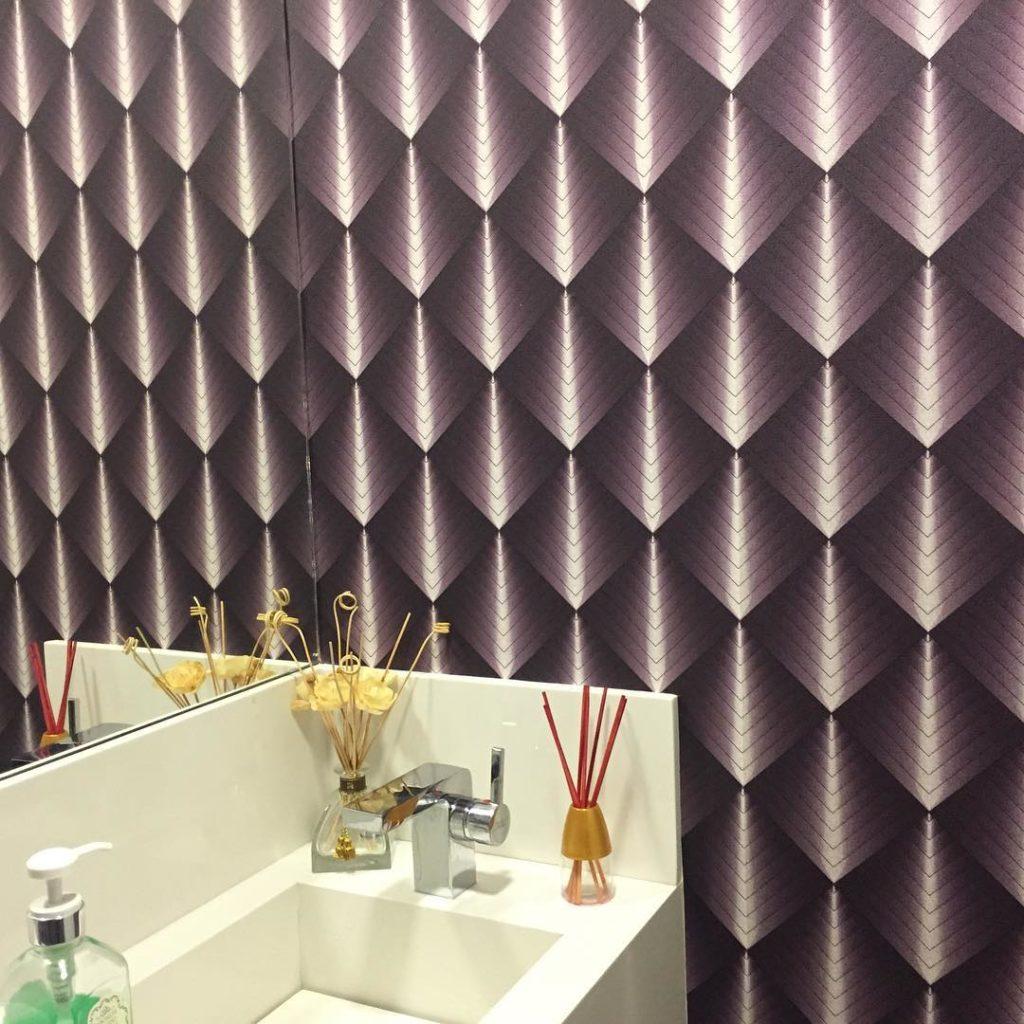 Papel de parede 3D para lavabo com estampa roxa.