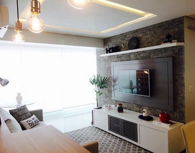 Decoração de sala com estampa de tijolinho de pedra.
