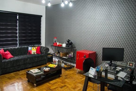 Decoração de sala moderna com estampa cinza.