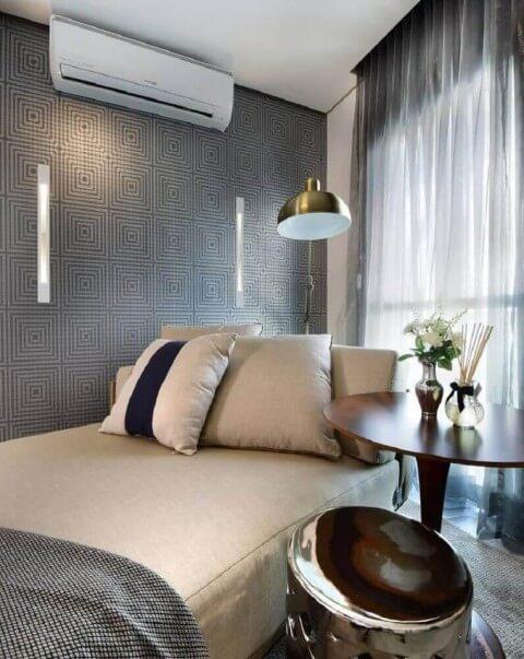 Sala decorada com estampa moderna cinza.