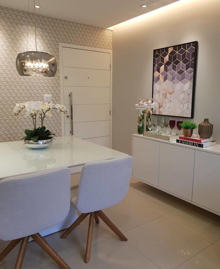 Sala de jantar pequena e moderna.