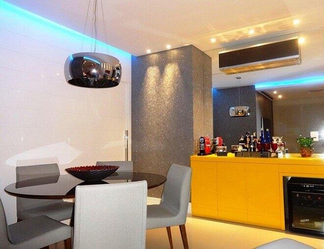 Cozinha moderna com armários amarelos.