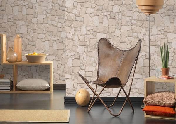 Sala decorada com estampa que imita pedra.
