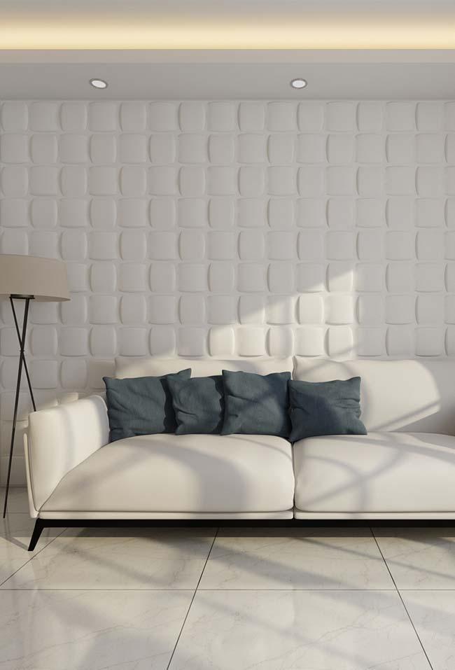 Sala simples e neutra.