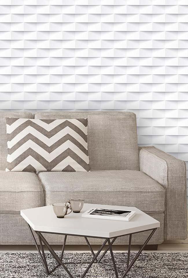 Sala simples com sofá neutro e mesa geométrica.
