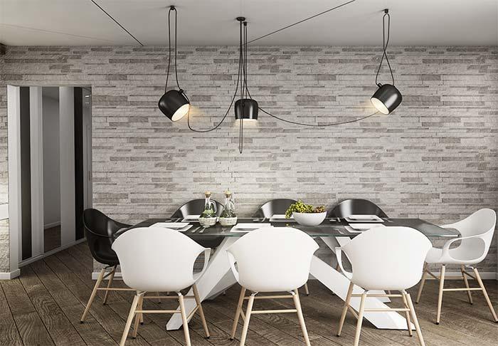 Sala de jantar moderna com cadeiras pretas e brancas.