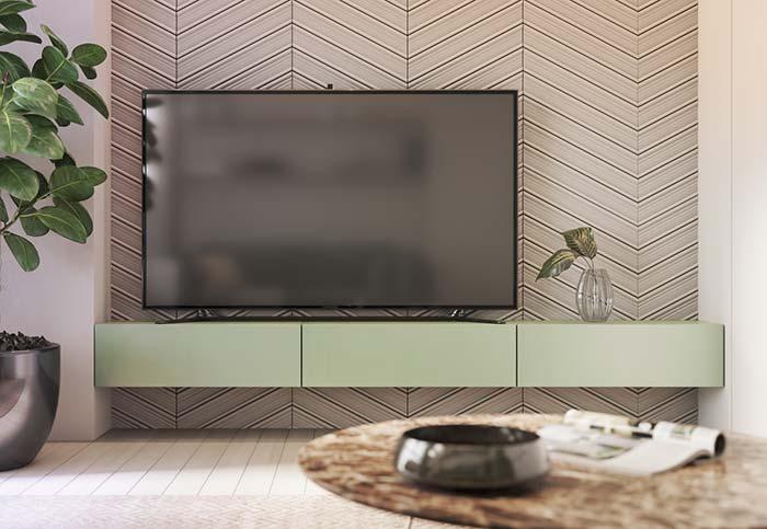 Sala de tv com painel que imita a madeira.