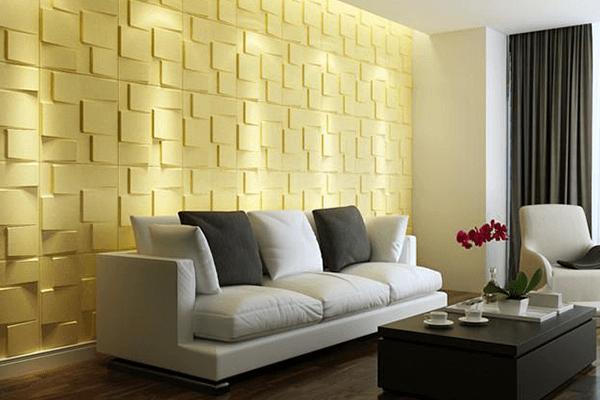 Sala moderna com móveis neutros e parede amarela.