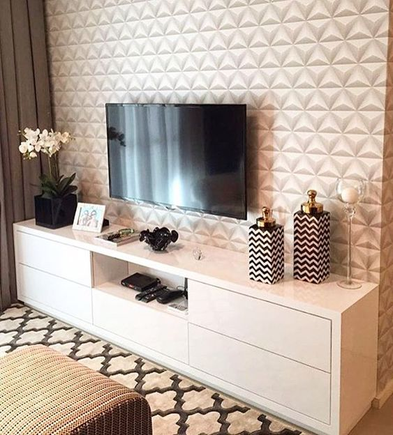 Sala de estar pequena com decoração elegante.