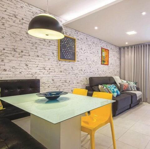 Sala de jantar pequena e integrada com decoração moderna.