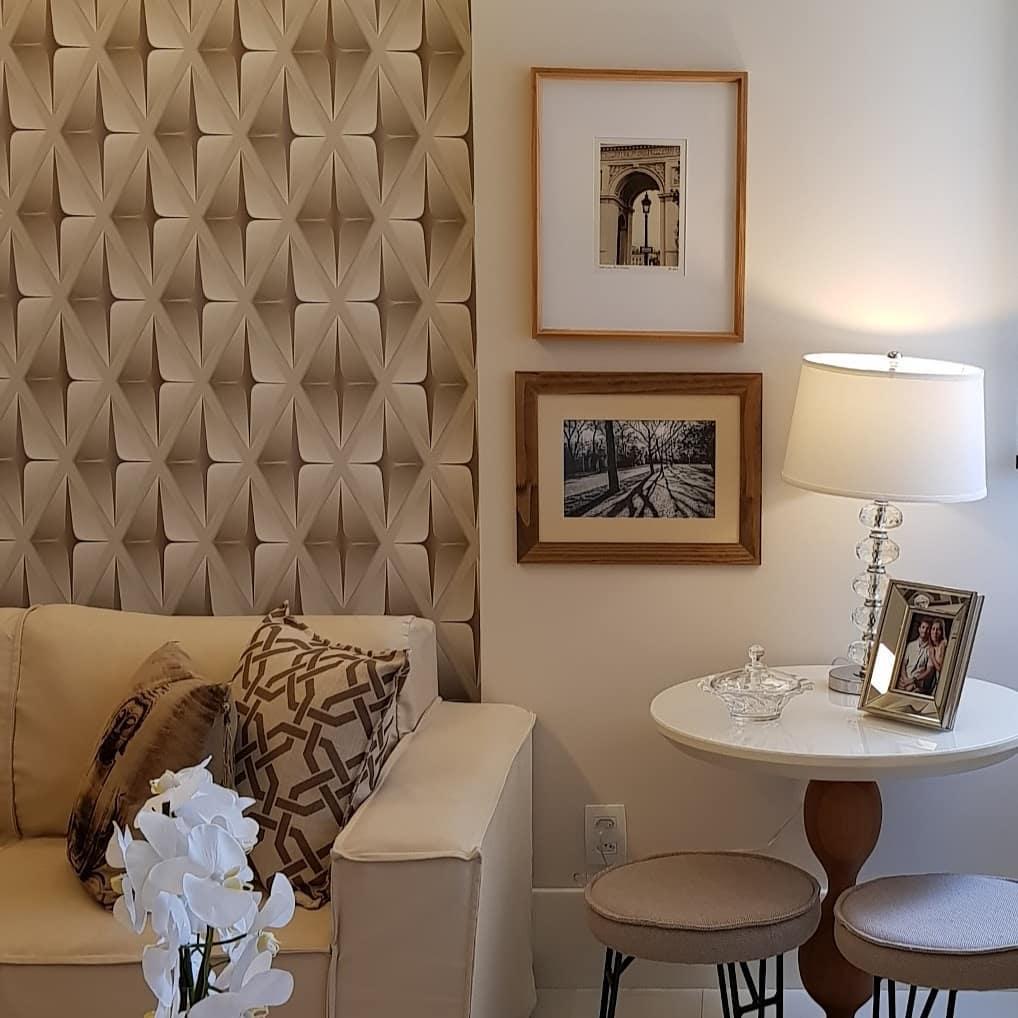 Sala com decoração elegante e neutra.