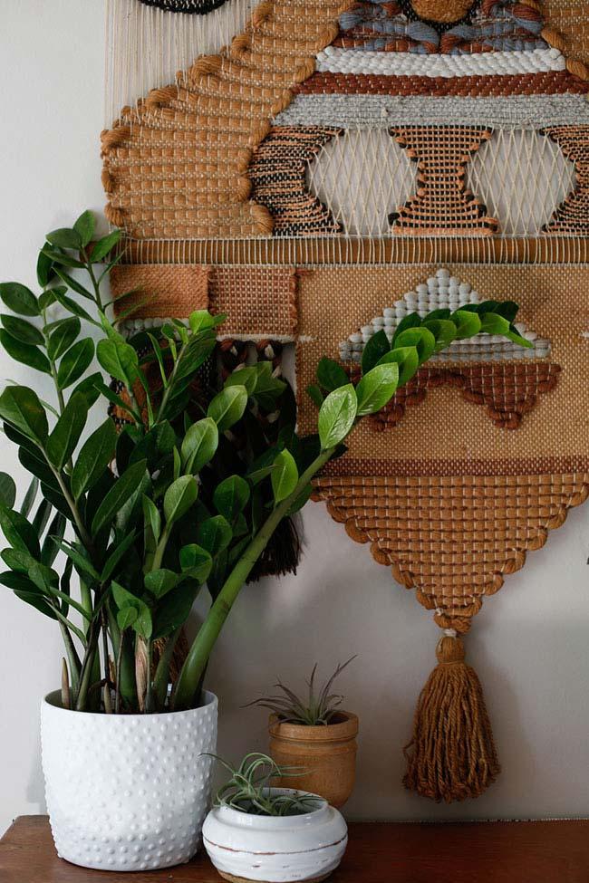 Vaso de cerâmica decorado com planta.