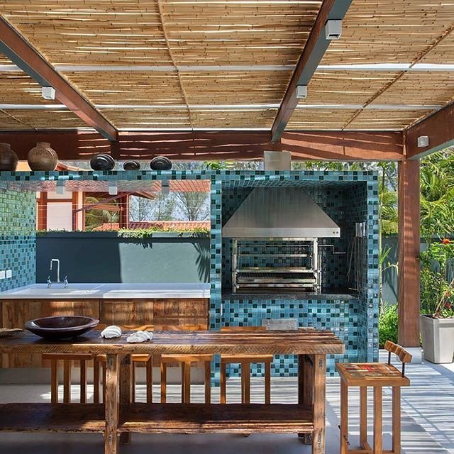 Área de churrasqueira com revestimento azul.