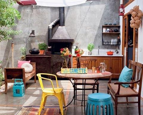 Área de churrasqueira simples com parede de cimento queimado.