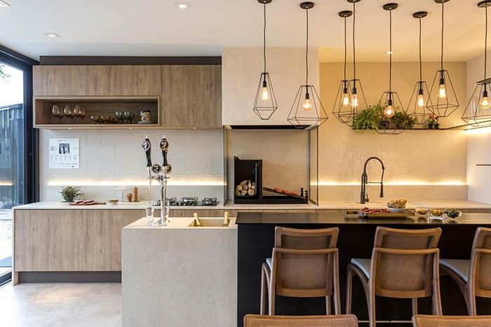 Área de churrasqueira moderna com pendentes suspensos e fita de led.