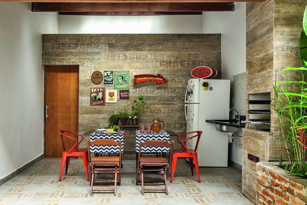 Área de churrasqueira pequena e simples com quadros.