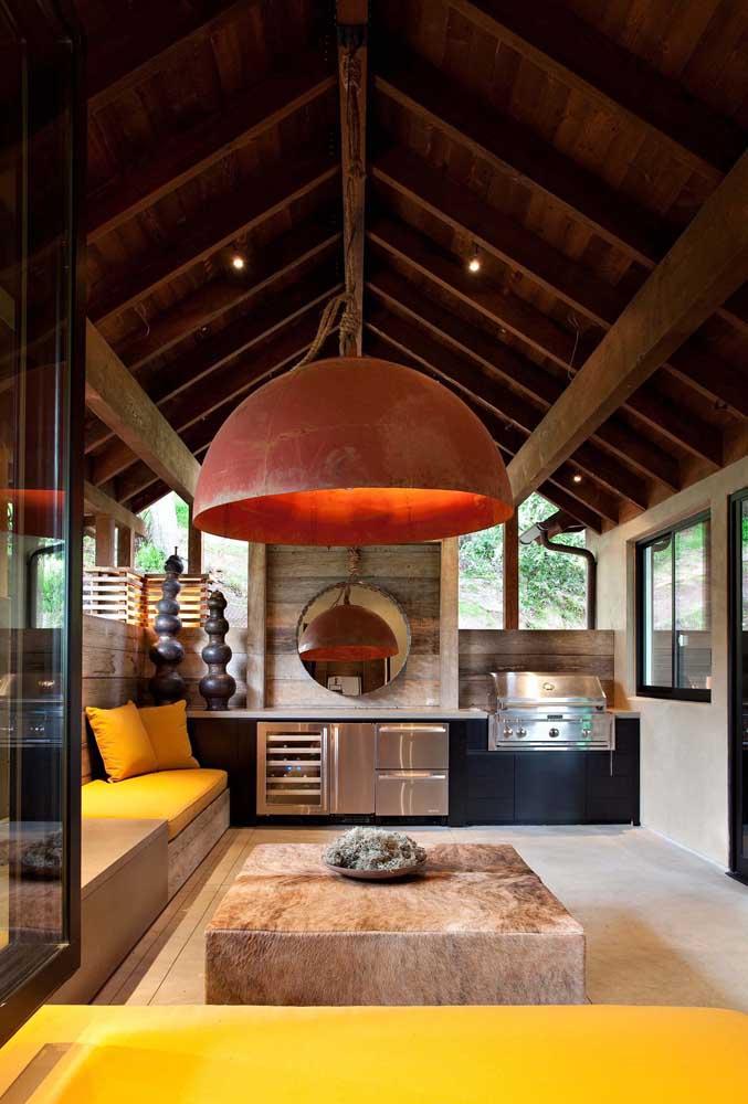 Área de churrasqueira moderna com espelho, adega e churrasqueira a bafo.