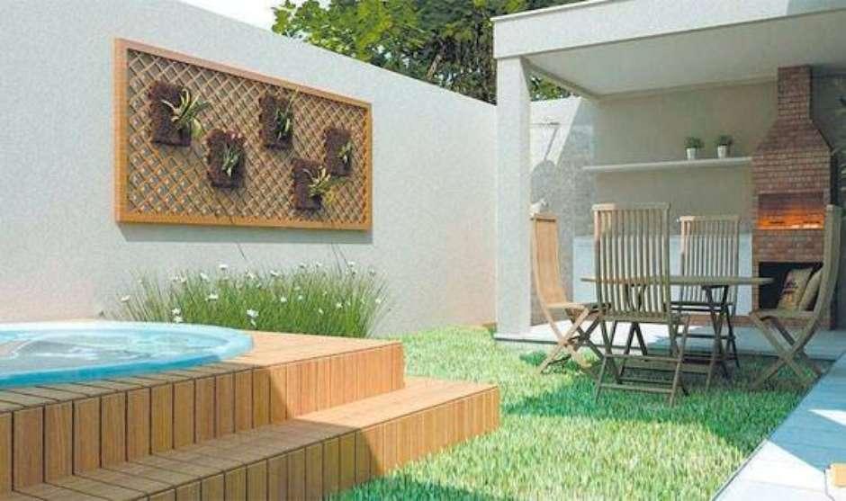 Área de churrasqueira com piscina suspensa.