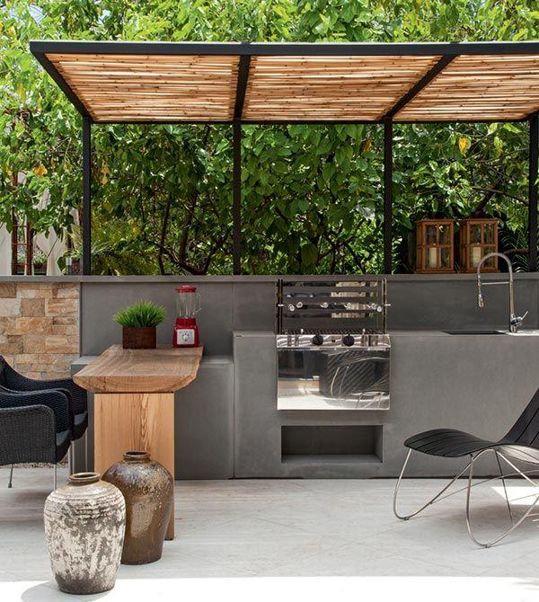 Área de churrasqueira moderna com balcão de madeira.