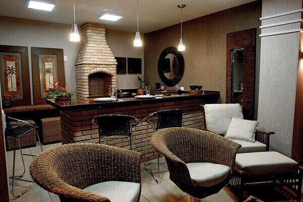 Área de churrasqueira com balcão e tijolinho aparente.