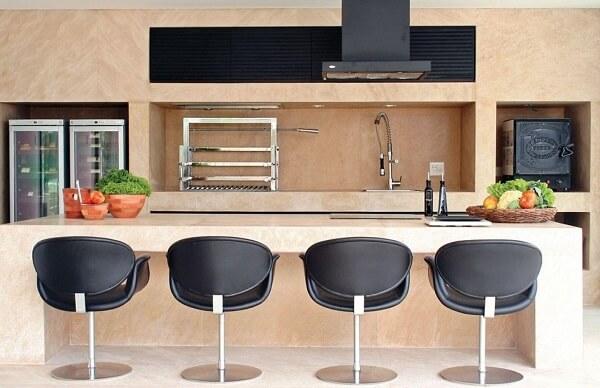 Área de churrasqueira moderna com revestimento cerâmico.