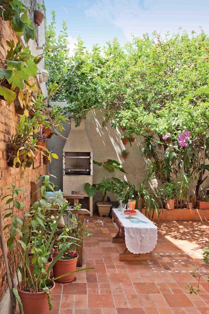 Espaço simples com parede de tijolinho e jardim.