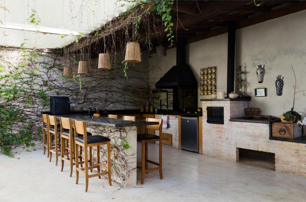 Espaço gourmet decorado com planta.