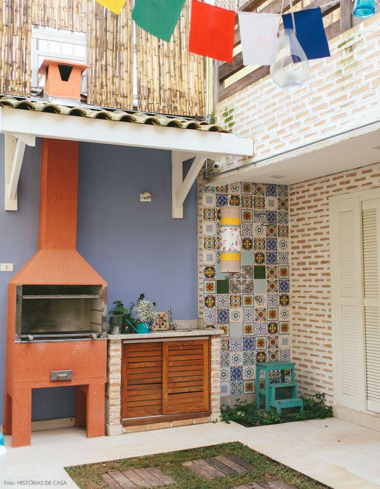 Área de churrasqueira simples com revestimento de azulejo.