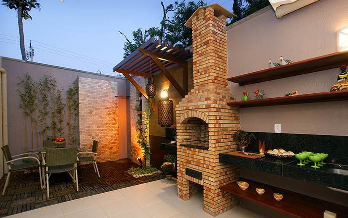 Espaço gourmet simples com deck de madeira.