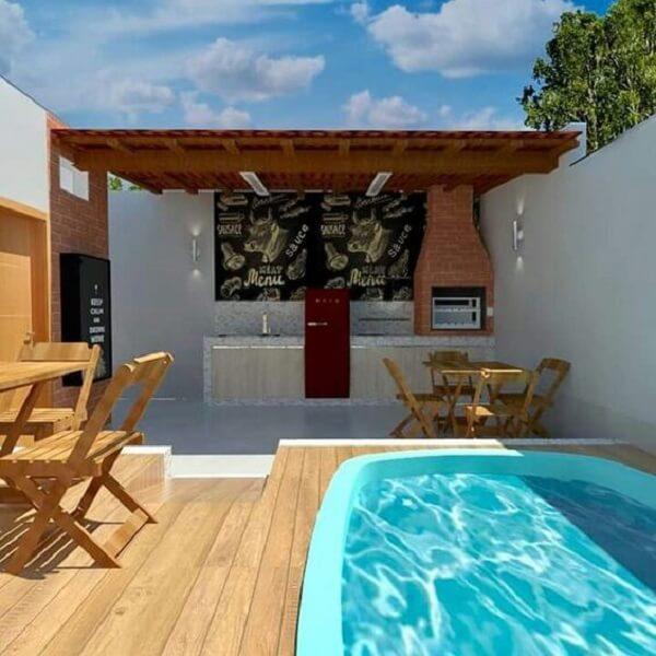 Área de churrasqueira com piscina.