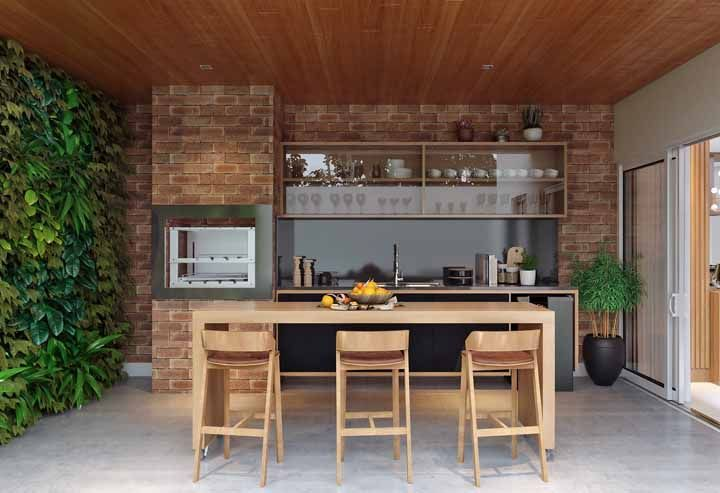 Área de churrasqueira com parede viva.
