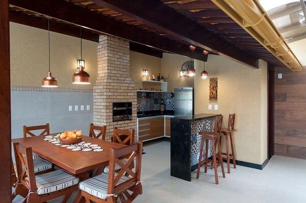 Área de churrasqueira com balcão simples.